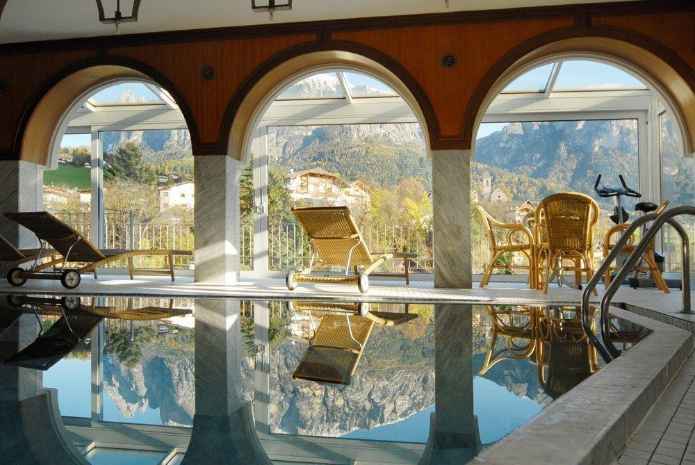 Albergo con piscina coperta in alto adige hotel rose wenzer for Piani lussuosi con piscina coperta